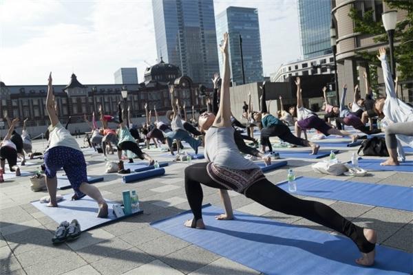 Nhân viên công ty Nhật Bản tập thể dục