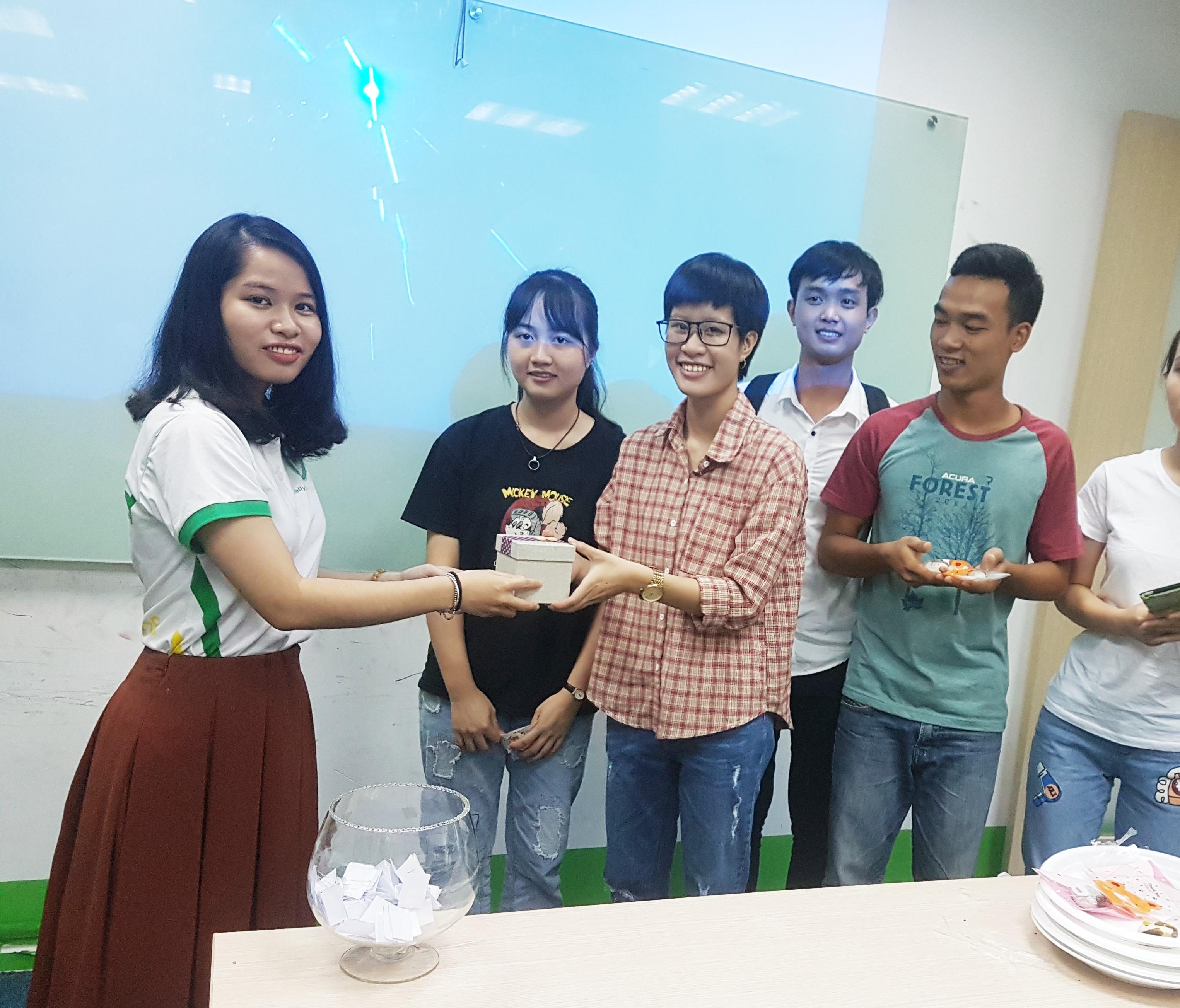 Đội thắng cuộc hơn hở lên nhận giải