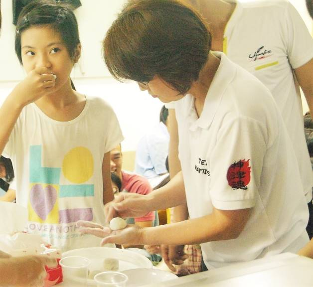 Cô Yamada hướng dẫn các bạn làm bánh Mochi