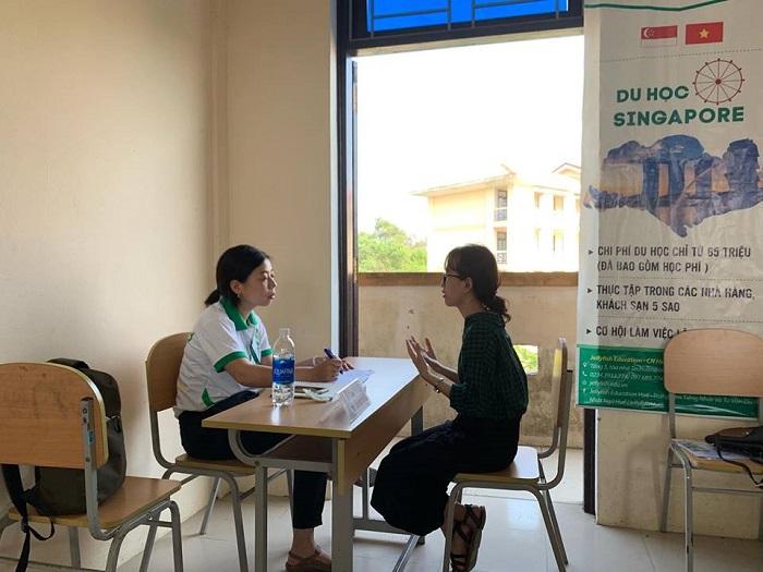 Sinh viên được phỏng vấn trực tiếp cùng đại diện tuyển sinh Maruyama san!