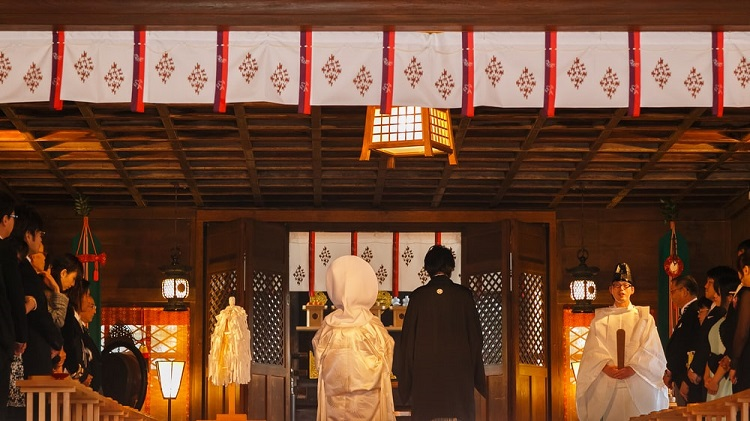 Cô dâu và chú rể mặc trang phục truyền thống, làm lễ trước thần linh