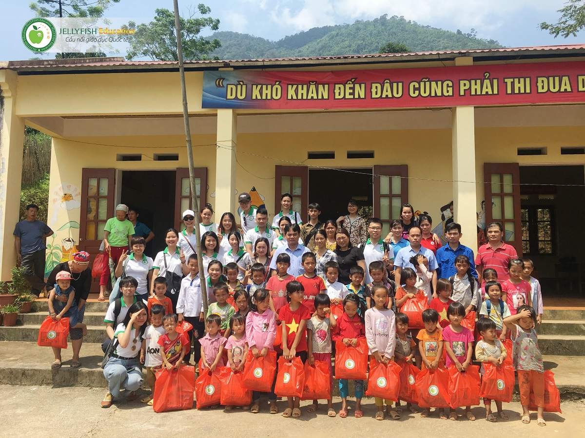Các bé thuộc thôn Nặm Tốc, xã Đôn Phong, huyện Bạch Thông, tỉnh Bắc Kạn