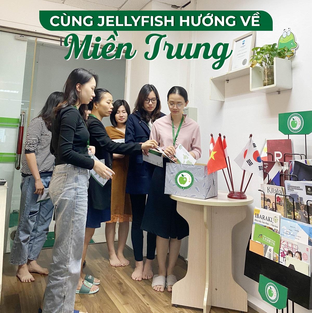 Tập thể CBNV và học viên Jellyfish hướng về miền Trung ẢNH 1